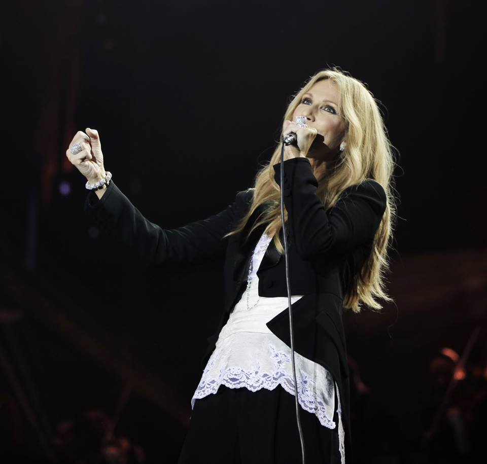 Celine dion tr s mue par l interpr tation d un jeune for On traverse un miroir celine dion