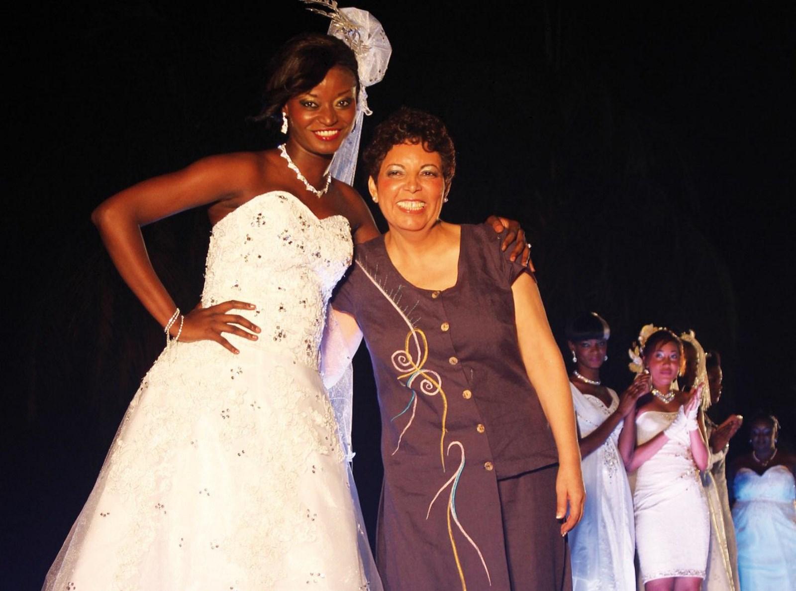 Une styliste et son égérie dans une magnifique robe de mariée. Life Mag