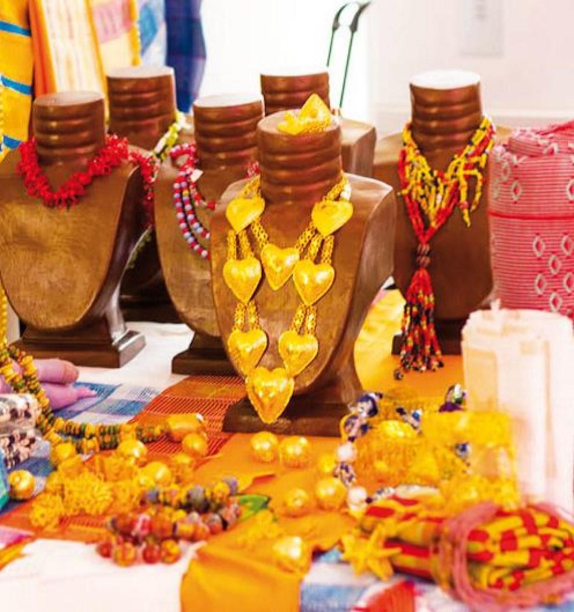 De jolis colliers pour les tenues traditionnelles de mariage. Life Mag