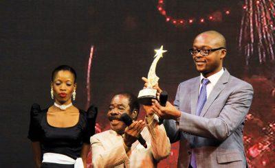 Le comédien Léonard Groguhet reçoit son talent d'honneur des mains du DG de la RTI, M. Ahmadou Bakayoko.