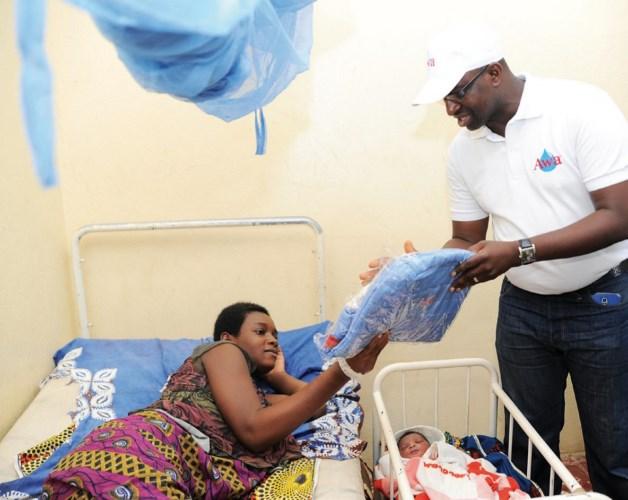 M. Sorho Moussa, Responsable de l'usine de production de Awa remettant un sac de bébé à une nouvelle maman.