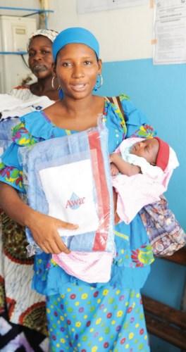 Une nouvelle maman heureuse de recevoir ses cadeaux.