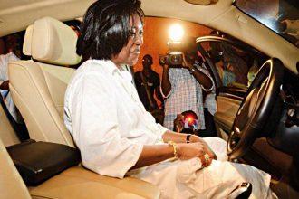 Vous êtes très belle dans cette voiture Madame.