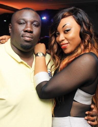 Le gros Bédel « mousse » un peu Roga Théo et Momo Ndiaye Copines, on dit ici ? en posant avec la belle Laetitia.