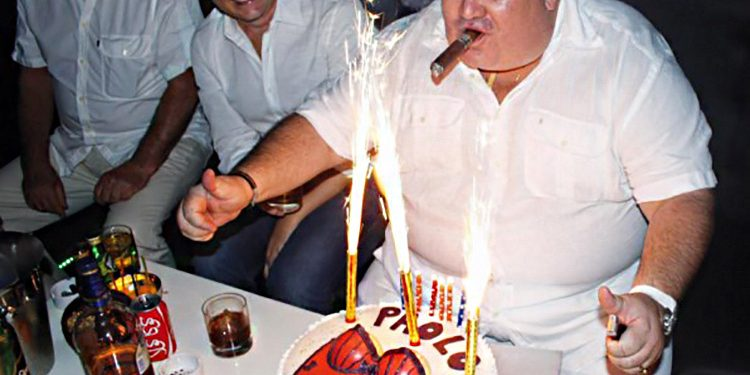 Prospero est fier de son gâteau d'anniversaire, assez coquin.