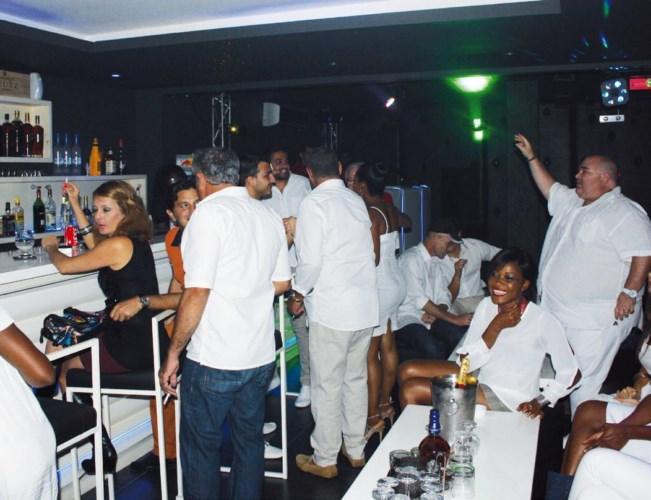 Une vue des invités au bar.