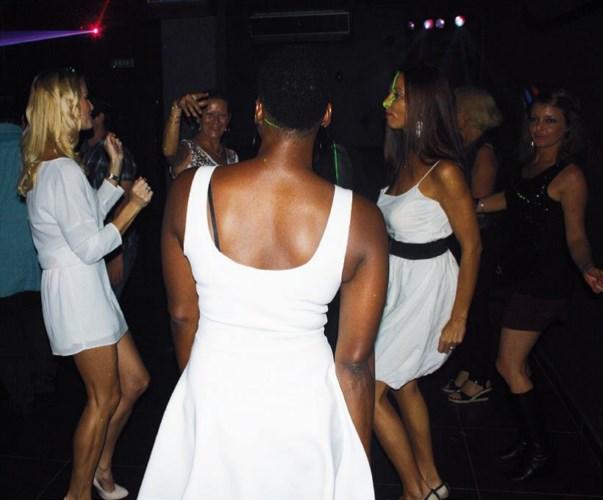La piste de danse est prise d'assaut par les femmes toutes de blanc vêtues.