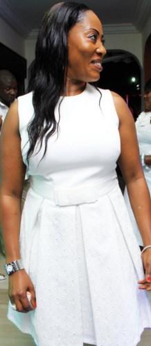 Cathy « l'anniversaireuse », sanglée dans sa robe blanche immaculée.