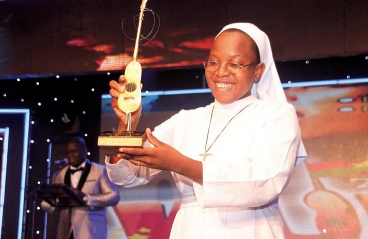 Soeur Anne-Marie Kabré brandit son trophée de la meilleure musique religieuse.