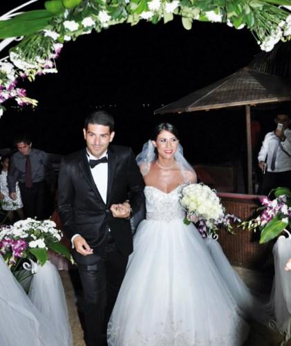 Narimène et Hassan font leur entrée sur le lieu de la réception.