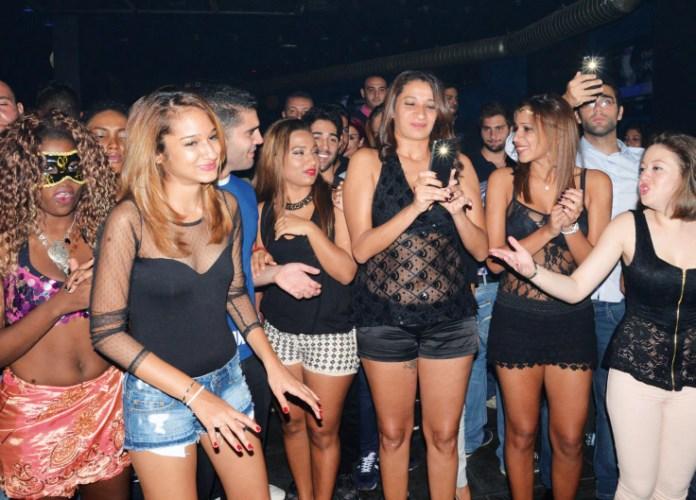 Le public est en admiration devant les danseuses.