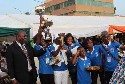 Des Lauréats brandissant leurs trophées