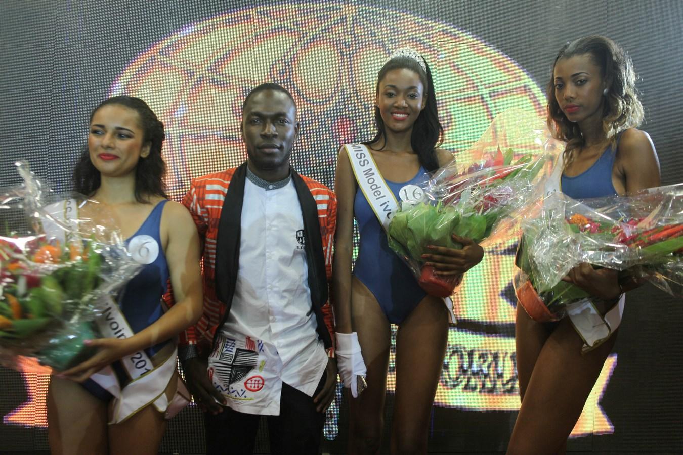 Anicet Gouria pose avec les lauréates.