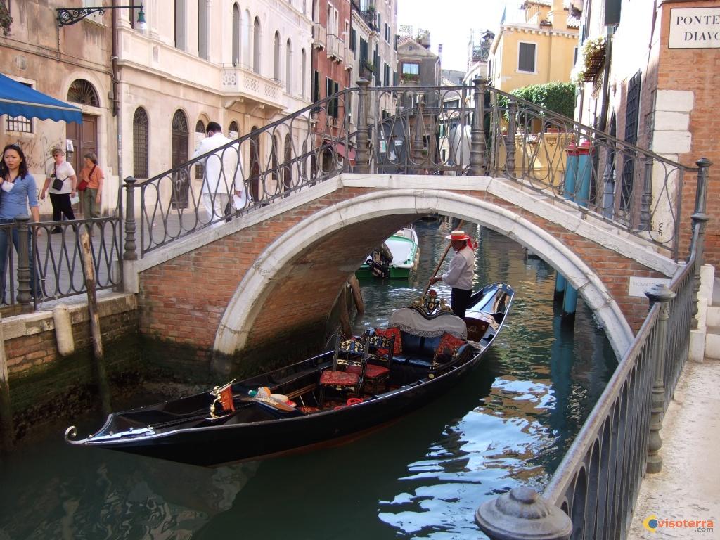 Les gondoles sont un type d'embarcation, ressemblant à une barque, mais propre à la lagune de Venise. Elles sont conduites à l'arrière par un gondolier. Celui-ci peut chanter pour accompagner un couple d'amoureux sur les canaux de Venise. http://www.visoterra.com